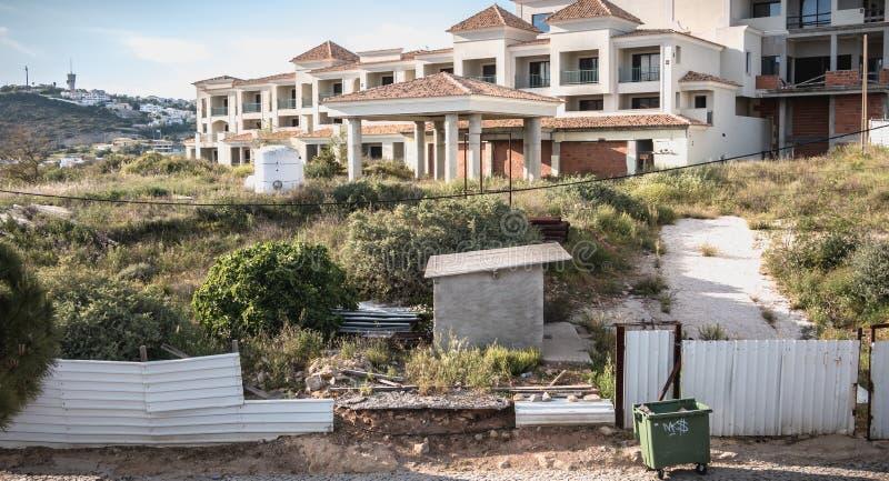 Ruínas abandonadas de um prédio de apartamentos luxuoso em uma residência perto do porto de Albufeira, Portugal foto de stock