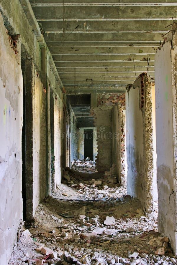 Ruínas abandonadas do corredor imagens de stock royalty free