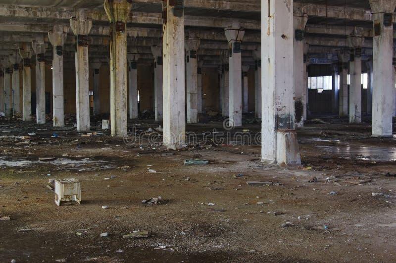 Ruínas abandonadas do interior da fábrica imagens de stock royalty free