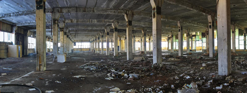 Ruínas abandonadas do interior da fábrica - panorama imagem de stock