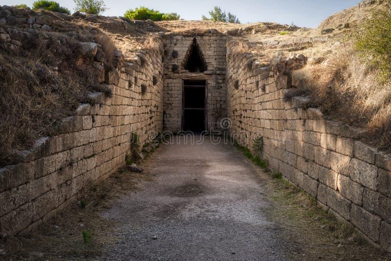 Ruínas antigas de Mycenae, entrada do túmulo, Grécia imagens de stock