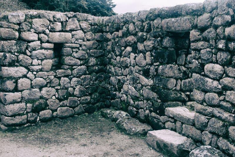 Ruínas antigas de pedra ao longo de Inca Trail a Machu Picchu no Peru imagem de stock