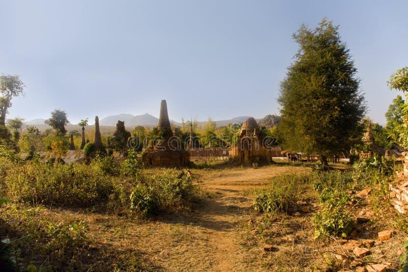 Ruínas antigas de Stupas budista em Indein foto de stock royalty free