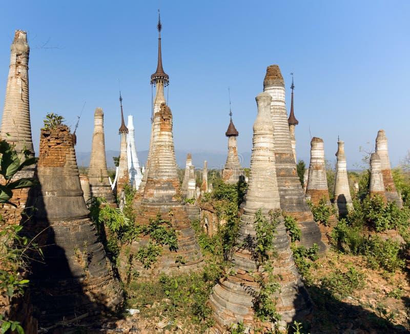 Ruínas antigas de Stupas budista em Indein imagens de stock