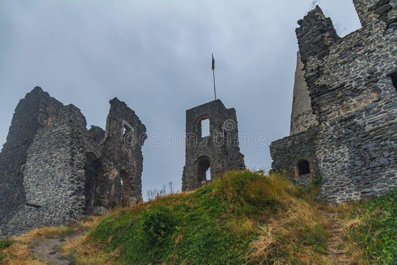 Ruínas antigas do castelo em uma montanha húngara Somlo fotos de stock royalty free