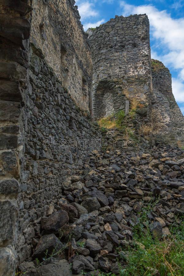 Ruínas antigas do castelo em uma montanha húngara Somlo imagem de stock royalty free