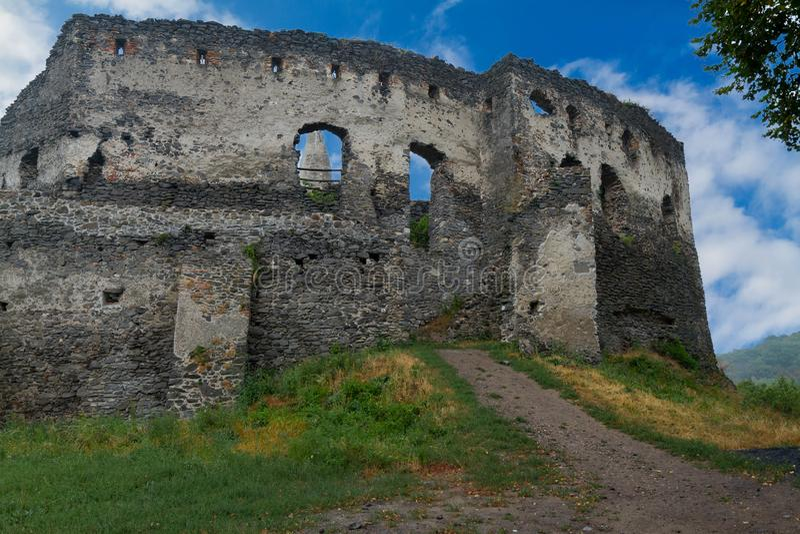 Ruínas antigas do castelo em uma montanha húngara Somlo fotografia de stock