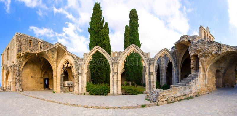 Ruínas antigas do monastério Bellabais Manast?r? da abadia de Bellapais em Kyrenia Girne fotografia de stock royalty free