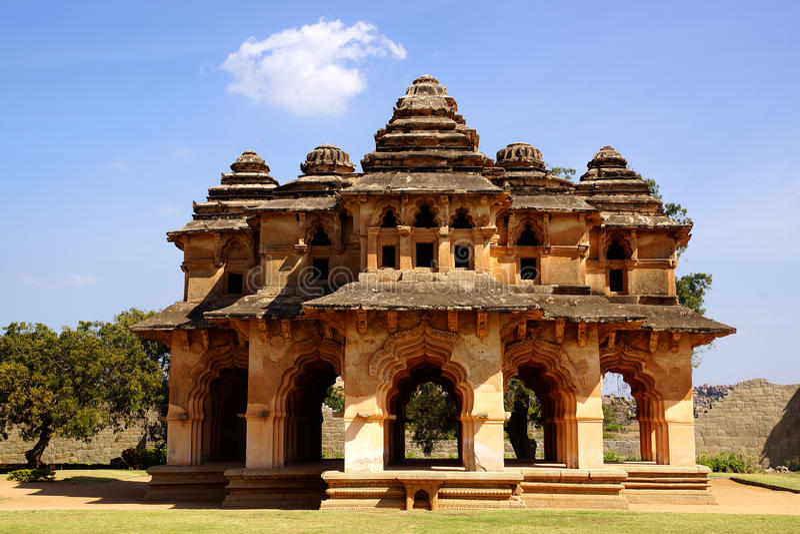 Ruínas antigas do templo dos lótus. Hampi, India. fotos de stock royalty free