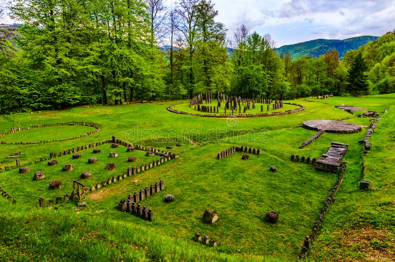 Ruínas antigas em Sarmizegetusa Regia, a Transilvânia, Romênia imagens de stock