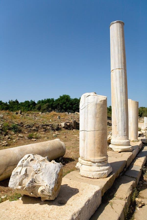 Ruínas antigas na cidade turca do lado foto de stock