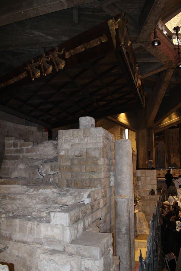 Ruínas antigas na igreja Católica do aviso em Nazareth, Izrael Detalhe interno, artístico e da arquitetura imagem de stock