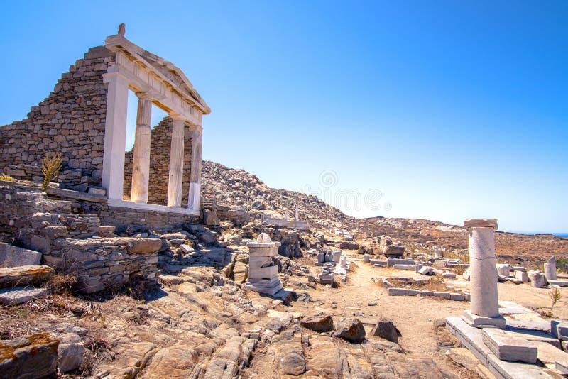 Ruínas antigas na ilha de Delos em Cyclades, um dos locais mitológicos, históricos e arqueológicos os mais importantes foto de stock