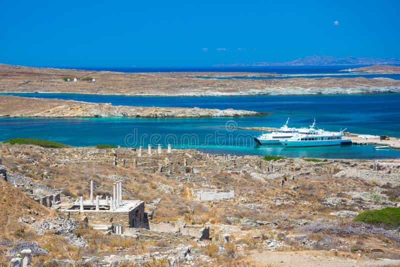 Ruínas antigas na ilha de Delos em Cyclades, um dos locais mitológicos, históricos e arqueológicos os mais importantes fotografia de stock