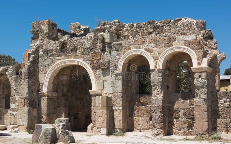 Ruínas antigas no lado, Turquia Ruínas bonitas de uma peça do templo de Appalon, contra o céu azul imagem de stock