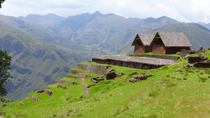 Ruínas arqueológicos de Huchuy Qosqo no Peru fotografia de stock royalty free