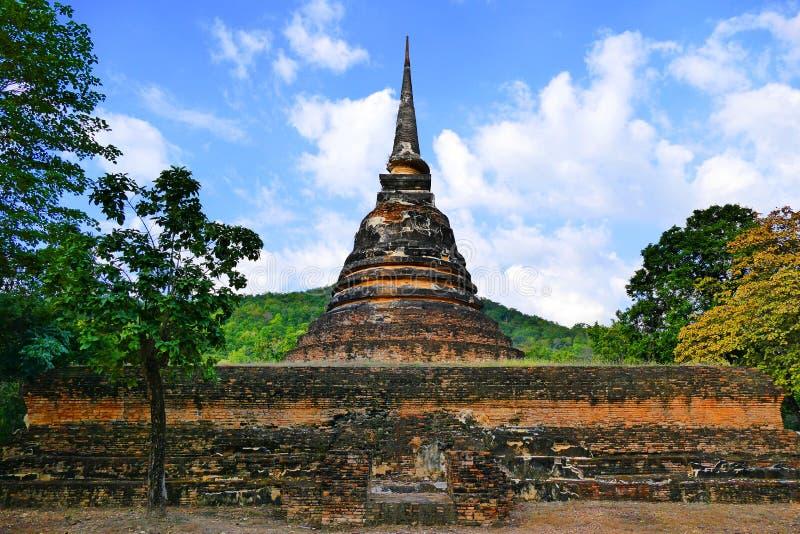 Ruínas budistas de Stupa do estilo campaniforme antigo de Sri Lanka de Wat Chedi Ngam em Sukhothai, Tailândia no verão fotografia de stock