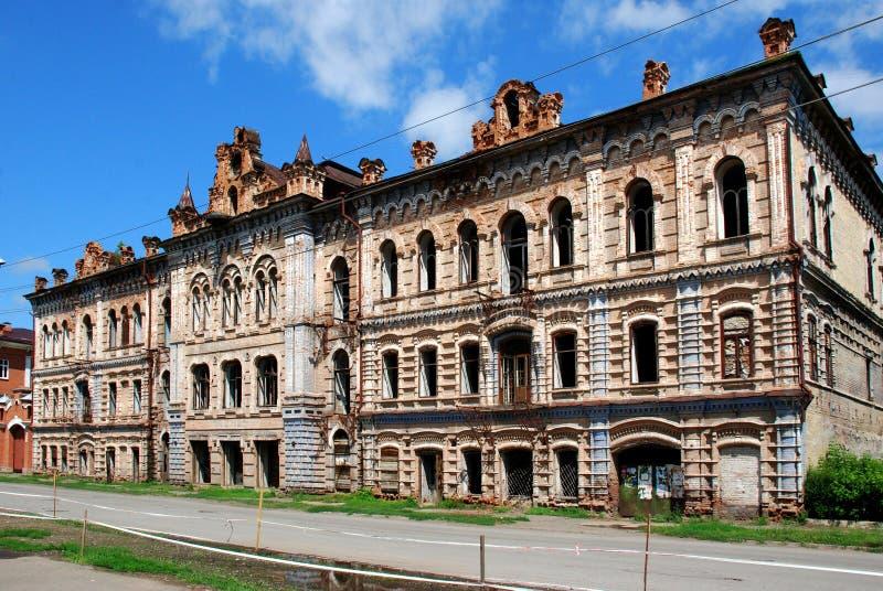 ruínas Casa histórica do ` do monumento do comerciante do ` de Vilner A cidade de Minusinsk, Sibéria imagem de stock