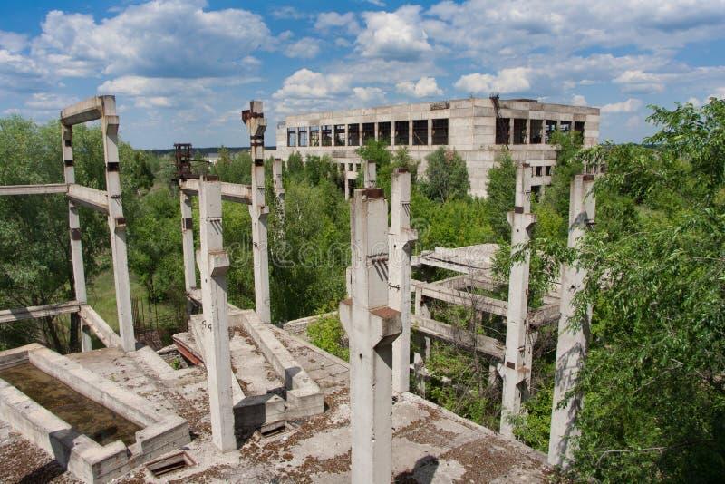 Ruínas cobertos de vegetação abandonadas da fábrica inacabado do açúcar foto de stock