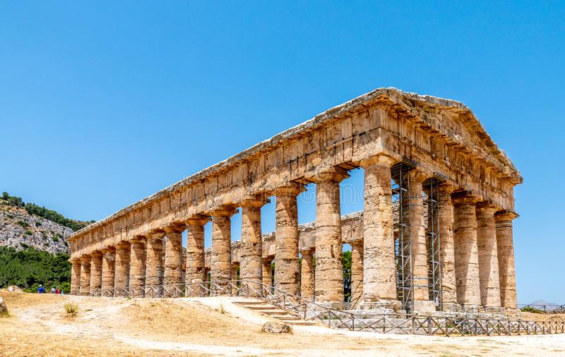 Ruínas dóricos do templo em Segesta, Sicília Itália foto de stock