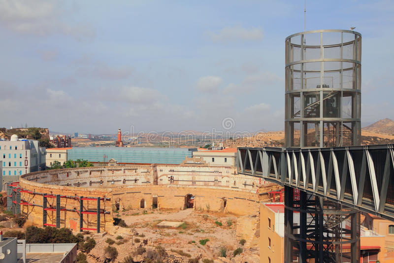 Ruínas da arena antiga e do elevador moderno Cartagena, Spain imagens de stock royalty free