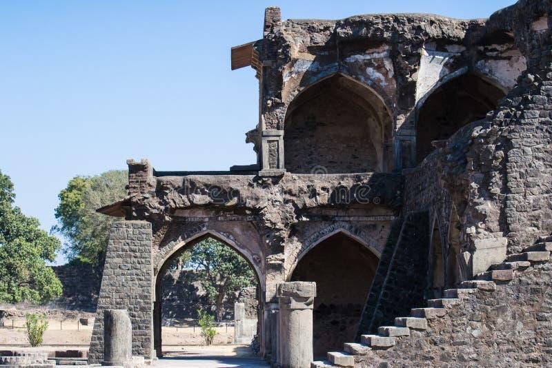Ruínas da arquitetura afegã antiga com arcos e colunas fotografia de stock