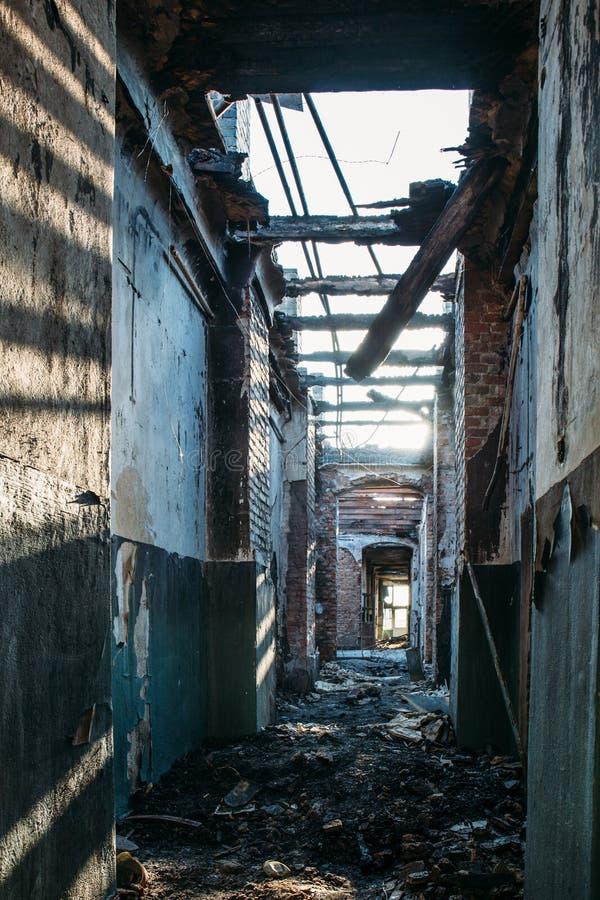 Ruínas da casa do tijolo queimado após o acidente do desastre do fogo Corredor para dentro, construindo sem telhado, consequência foto de stock royalty free