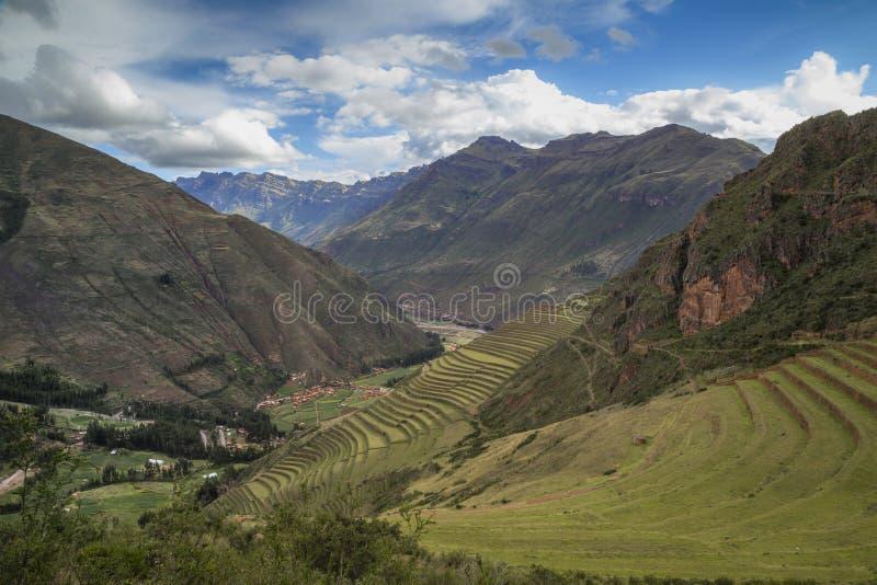 Ruínas da cidade de Pisac, no Peru, em colina verde, com terraços agrícolas imagem de stock royalty free