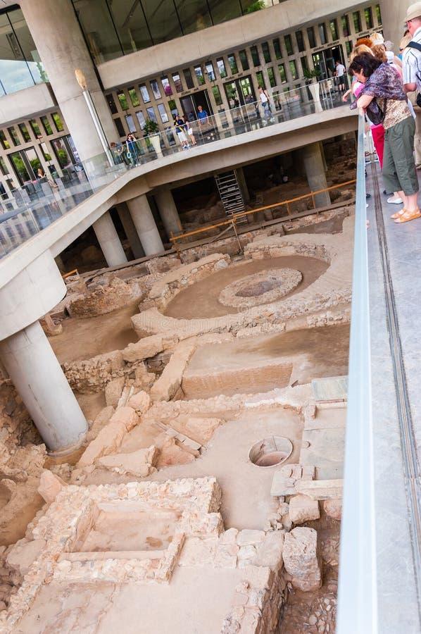 Ruínas da civilização do grego clássico na vista arqueológico no pavimento mais inferior do museu nacional da acrópole em Atenas, imagem de stock