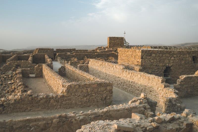 Ruínas da fortaleza antiga de Masada no deserto perto do Mar Morto Paredes de pedra da fortificação velha construídas na montanha fotografia de stock royalty free