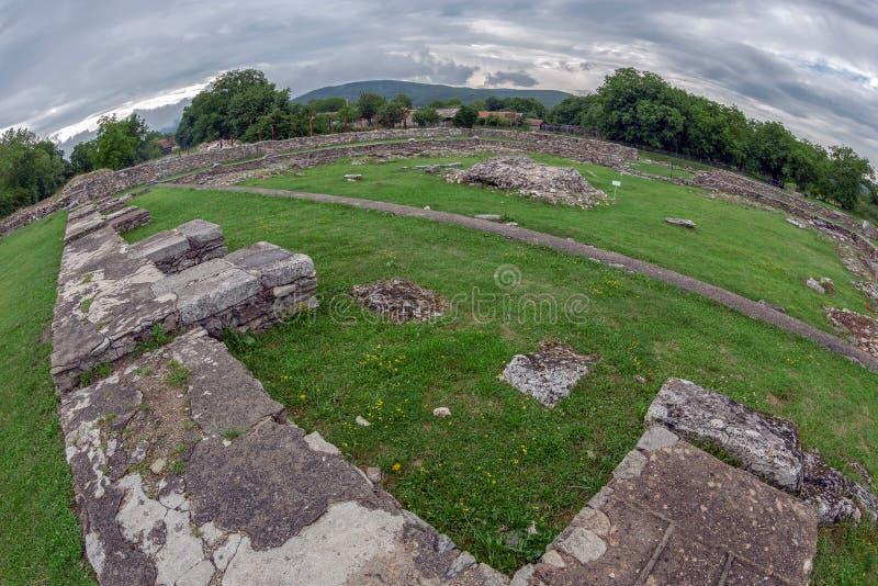 Ruínas da fortaleza de Ulpia Traiana Sarmizegetusa, Romênia imagens de stock