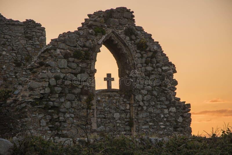 Ruínas da igreja com uma cruz na janela fotografia de stock