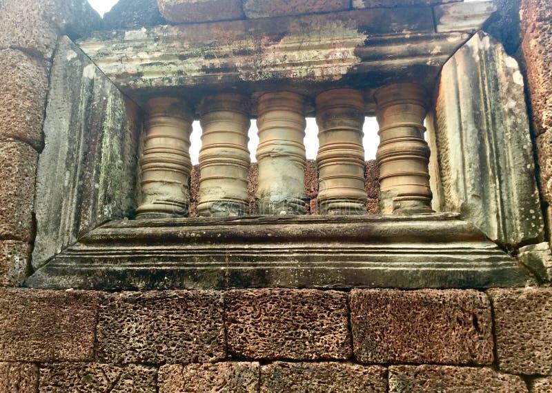 Ruínas da janela do templo hindu arqueologia do khmer antigo fotos de stock royalty free