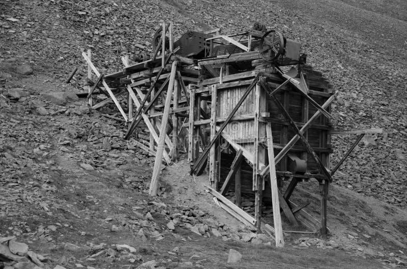 Ruínas da mina de carvão em Longyearbyen imagem de stock