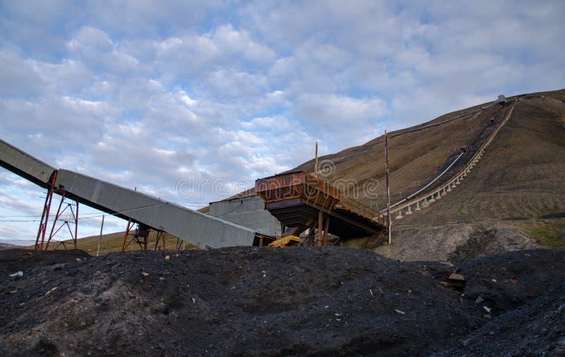 Ruínas da mina de carvão em Longyearbyen fotos de stock