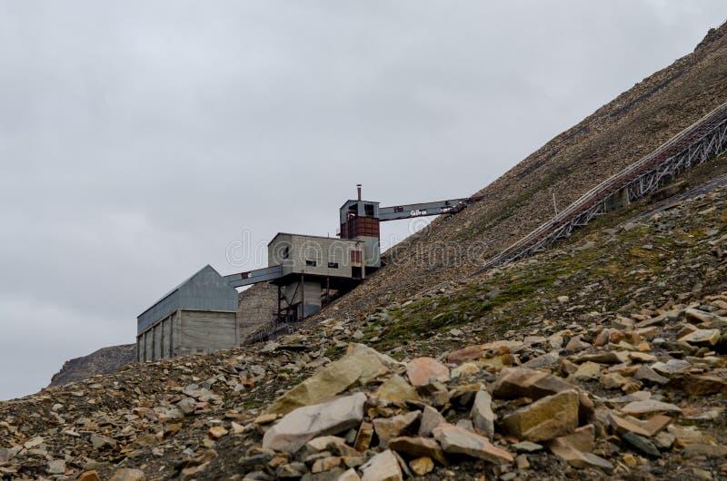 Ruínas da mina de carvão em Longyearbyen imagens de stock