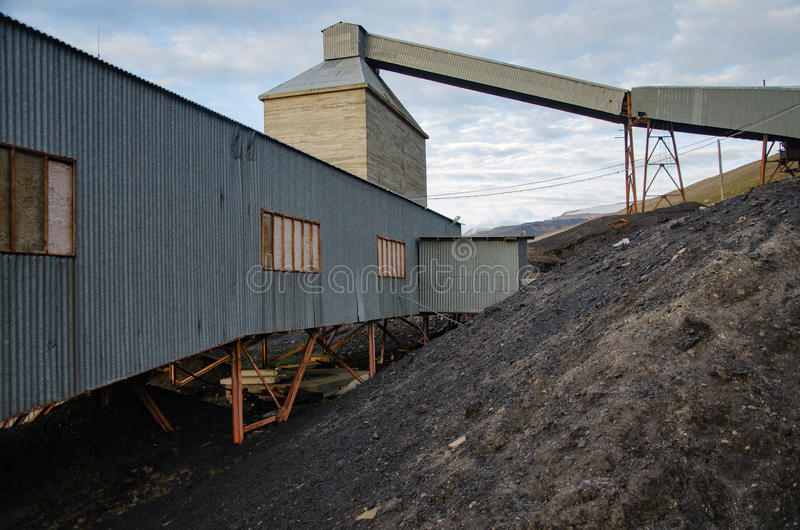 Ruínas da mina de carvão em Longyearbyen fotos de stock royalty free