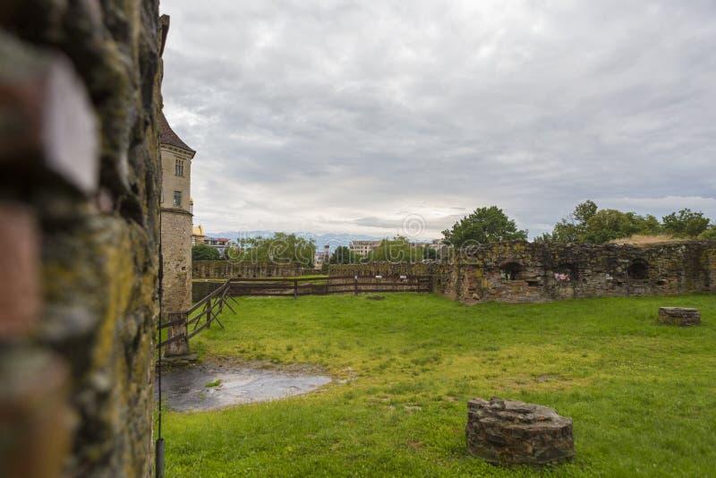 Ruínas da parede e o castelo da fortaleza de Fagaras imagem de stock