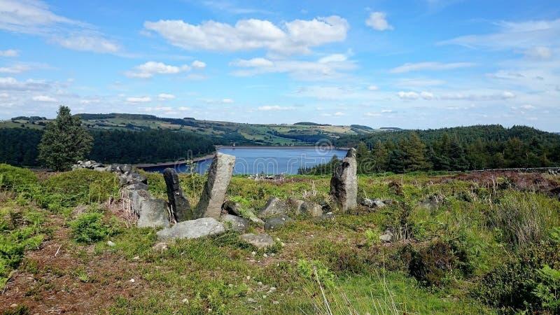 Ruínas da pedra no reservatório Yorkshire Reino Unido de Langsett fotografia de stock
