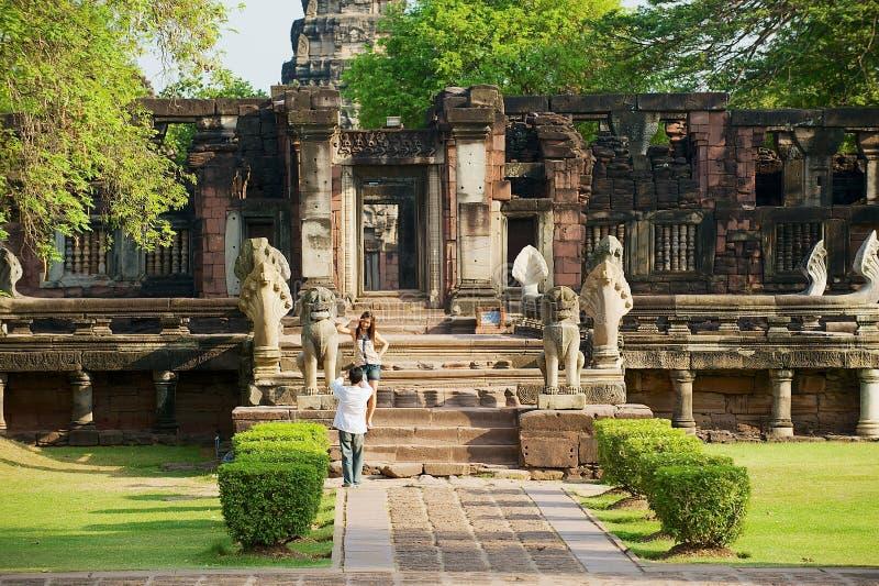 Ruínas da visita dos povos do templo hindu no parque histórico de Phimai em Nakhon Ratchasima, Tailândia fotografia de stock royalty free
