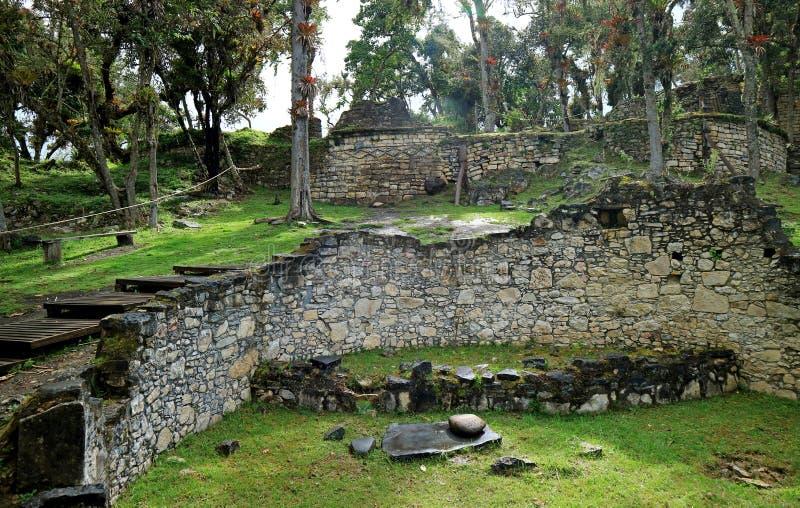 Ruínas das casas redondas de pedra dentro da fortaleza antiga de Kuelap, local arqueológico no Peru do norte, Ámérica do Sul fotografia de stock