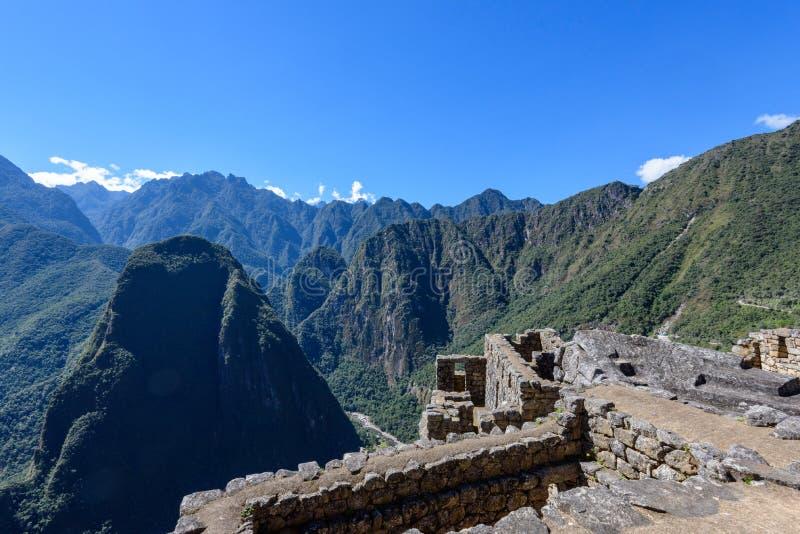 Ruínas das paredes de pedra e das montanhas em Machu Picchu imagem de stock