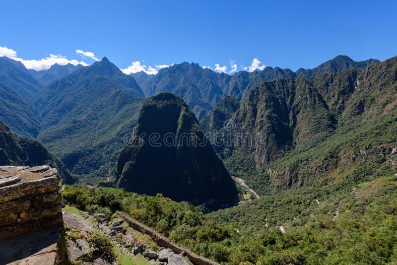 Ruínas das paredes de pedra e das montanhas em Machu Picchu foto de stock royalty free
