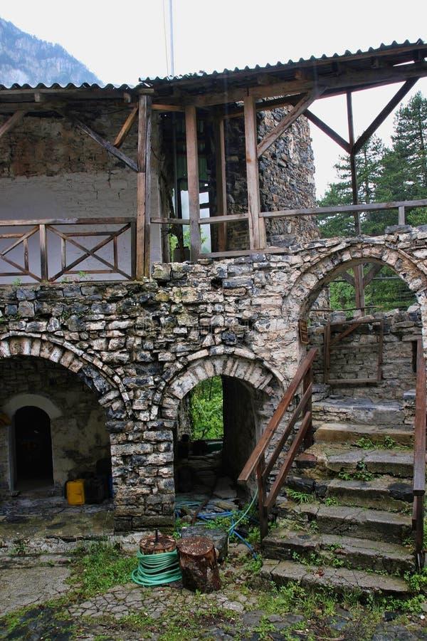 Ruínas de Agios Dimitrios Monastery, sob a montagem Olympos, Grécia fotos de stock royalty free