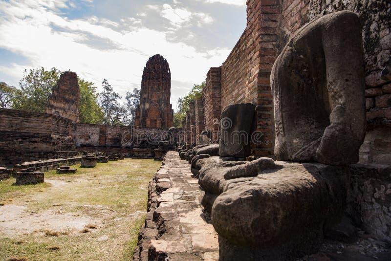 Ruínas de Ayutthaya com estátuas desfiguradas fotografia de stock royalty free