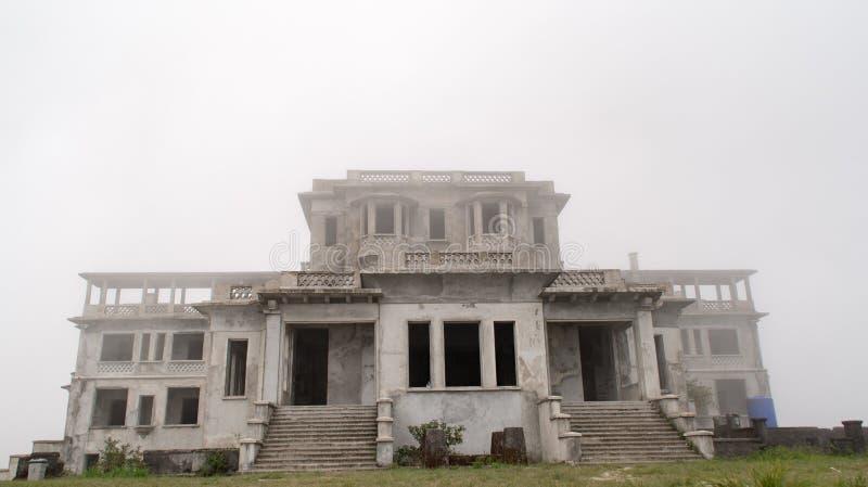 Ruínas de desintegração do casino colonial francês fotos de stock