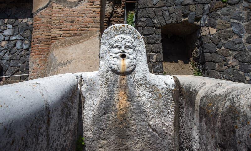 Ruínas de Herculaneum, cidade romana antiga destruída pelo Vesúvio e foto de stock