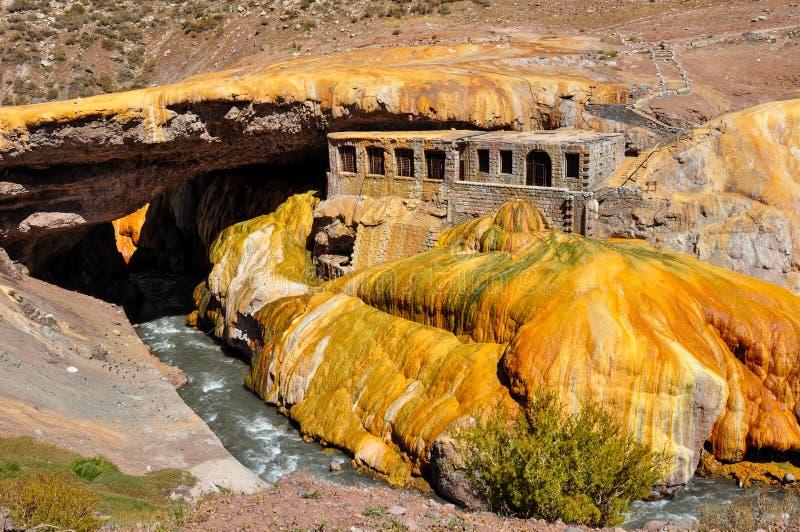 Ruínas de Lindo Puente del Inca entre o Chile e Argentina fotografia de stock