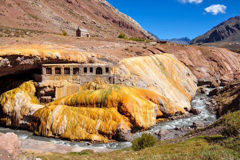 Ruínas de Lindo Puente del Inca entre o Chile e Argentina fotos de stock