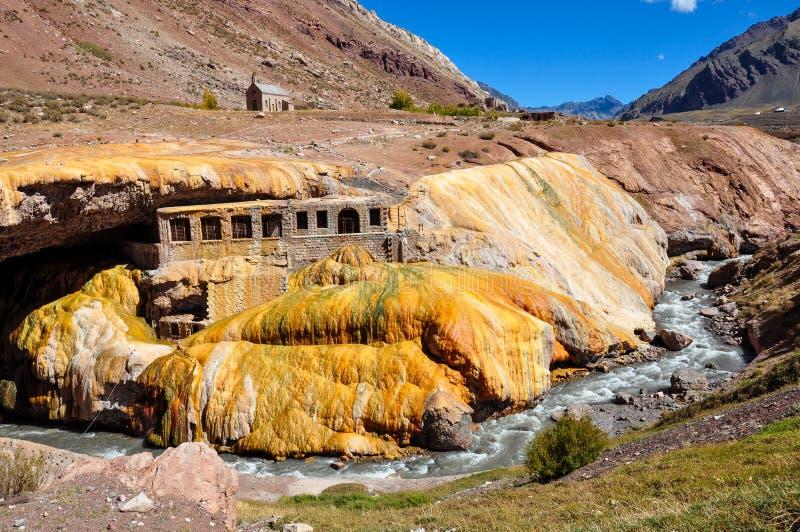 Ruínas de Lindo Puente del Inca entre o Chile e Argentina foto de stock
